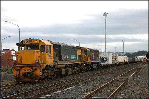 سهم ۳۰درصدی خطوط ریلی در جابجایی بار کشور/ اتصال خطوط ریلی به مراکز عمده بار اولویت راهآهن کشور است