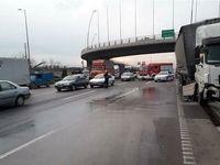 جاریشدن گازوئیل کامیون در بزرگراه آزادگان +تصاویر