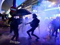 پلیس هنگ کنگ تفنگ خود را به روی معترضان نشانه گرفت +فیلم