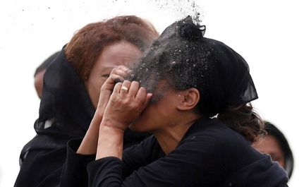 تصاویر دلخراش از خاکسپـاری قربانیان سقوط هواپـیما اتیـوپی