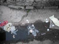 تصاویر تلخ از دستکشها و ماسکهای رها شده در معابر شهر