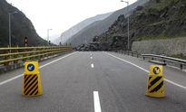 ریزش کوه جاده فشم - تهران را مسدود کرد
