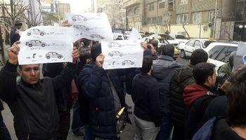 تجمع دوباره خریداران معترض پژو207 مقابل وزارت صنعت