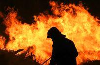 تلاش برای مهار آتش سوزی جنگلهای گچساران