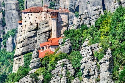 صومعه هایی بر فراز صخره در یونان +تصاویر