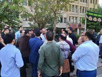 تجمع تعدادی از کارکنان شرکت مترو در محوطه ساختمان اصلی