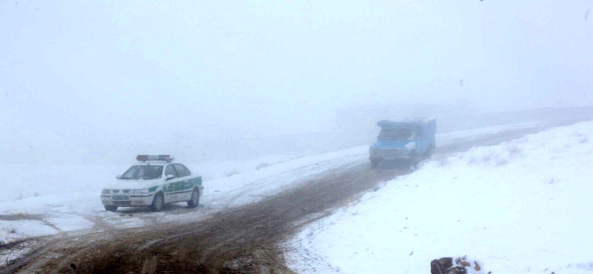 جزییات گرفتاری خودروها زیر برف سنگین حوالی رشت
