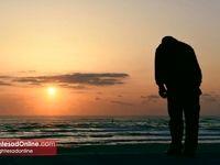 تعظیم یک مرد ژاپنی به دریا برای قربانیان فاجعه سونامی
