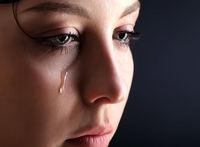 دختری ۱۱ساله به جای اشک خون گریه میکند +عکس