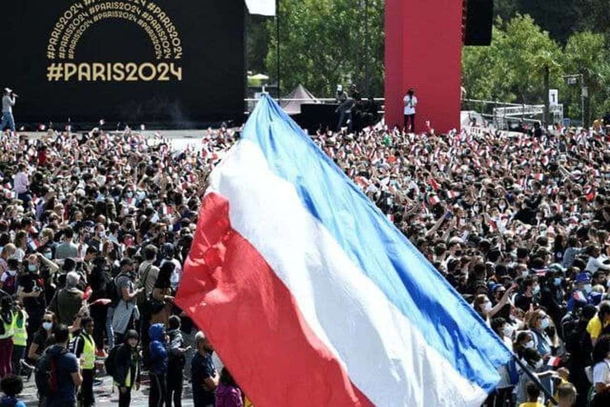 پرچم المپیک بر فراز ایفل برافراشته شد