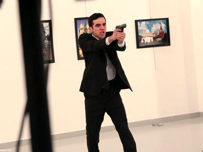 قاتل سفیر روسیه در کنار اردوغان +عکس