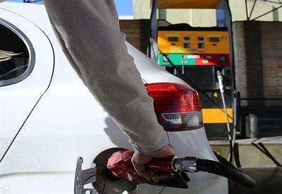 ایرادات اساسی به سیاست بنزینی دولت/ناملایمات اقتصادی بر سر قشر ضعیف آوار میشود
