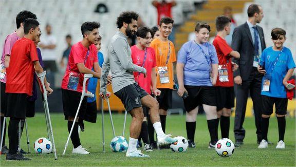 فوتبال بازی کردن محمد صلاح با کودک بیپا +تصاویر