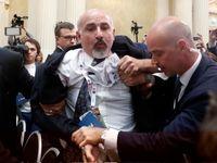 اخراج و برخورد فیزیکی با خبرنگار معترض در نشست ترامپ و پوتین +عکس