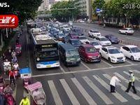 بهدوش کشیدن مرد سالخورده توسط پلیس راهنمایی چین +فیلم