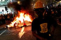 آتش زدن پرچم چین توسط معترضان هنگ کنگی +فیلم