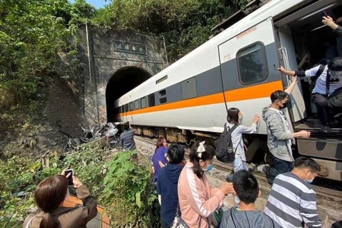 تصادف مرگبار قطار و کامیون در تایوان با ۳۶کشته +عکس