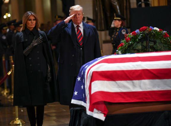 ژست جالب ترامپ هنگام ادای احترام به بوش پدر +عکس