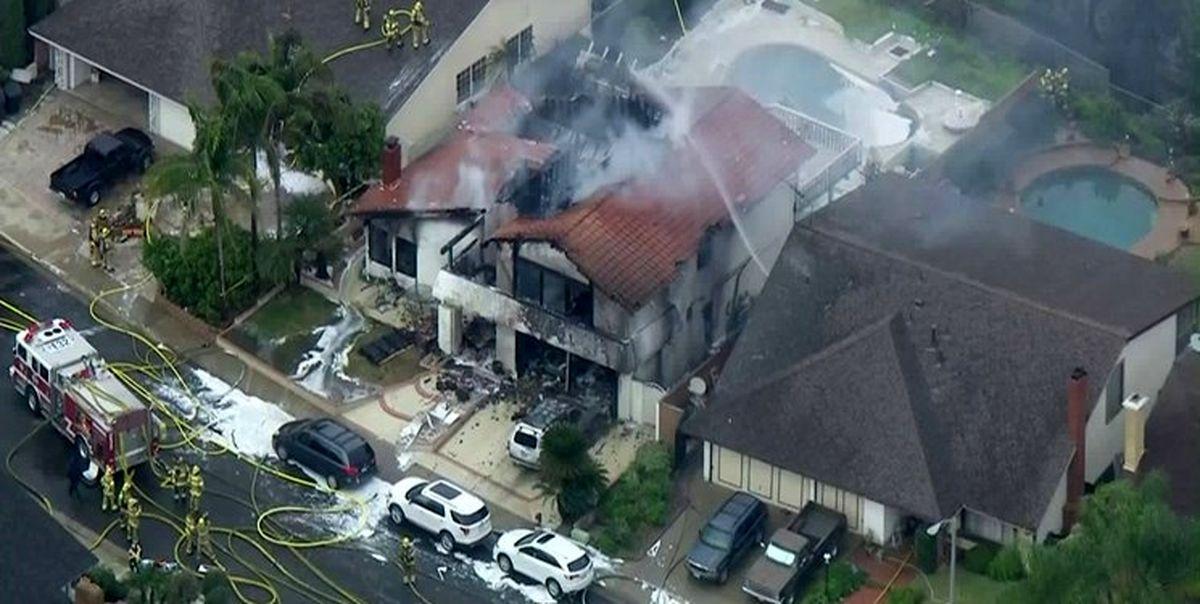 سقوط یک هواپیما بر روی منازل مسکونی +تصاویر