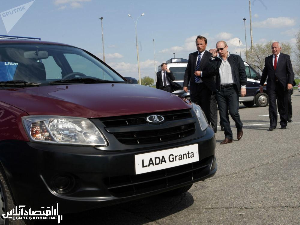 ولادیمیر پوتین در حال بازدید از مدل جدید خودروی لادا (گرانات)
