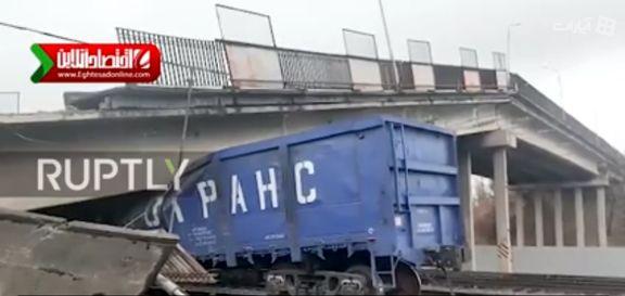 ریزش وحشتنتاک پل روی خط راه آهن! +فیلم
