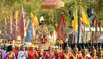 حمل پادشاه جدید تایلند روی کجاوه طلایی +فیلم