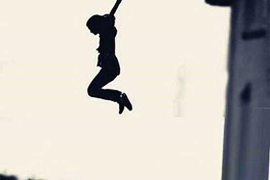 سقوط یک زن از پل معلق