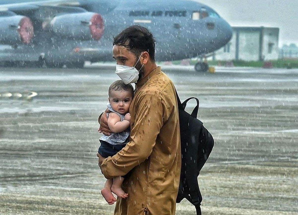 سرگردانی پدر و فرزند افغان در فرودگاه کابل + عکس
