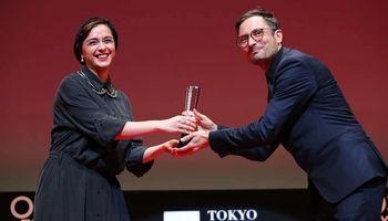 ترانه علیدوستی در حال اهدای جایزه به بازیگر مرد +عکس