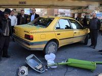 سقوط تیر چراغ بر روی تاکسی +عکس