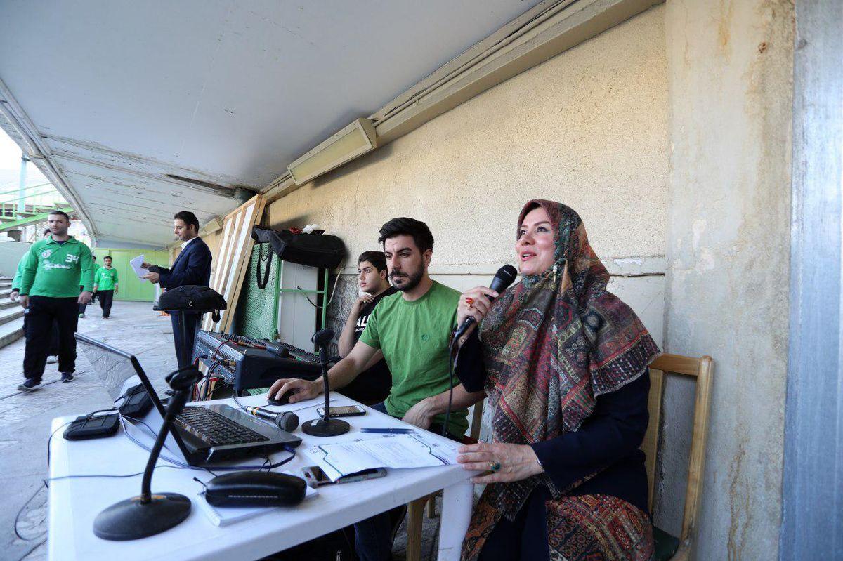 حضور مجری زن در ورزشگاه آزادی +عکس