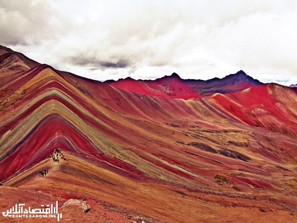 منظره کوهستانی رنگین کمان در پرو.