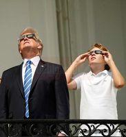 رسد کسوف توسط ترامپ و پسرش +عکس