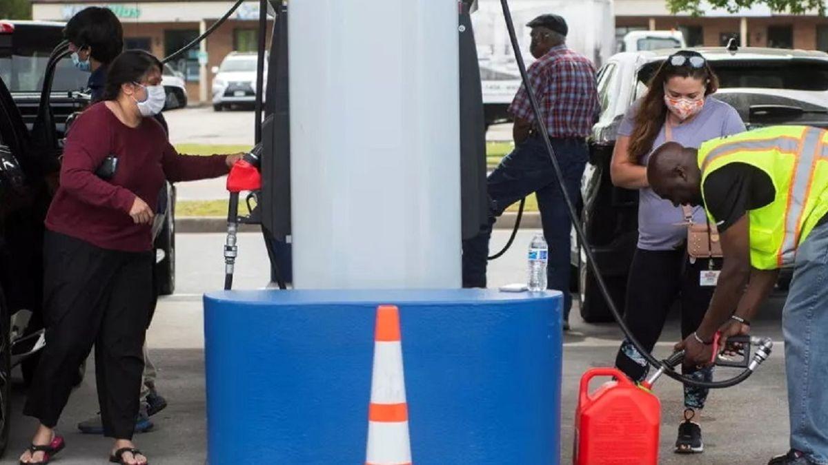 هجوم مردم آمریکا به پمپ بنزین ها در پی کمبود عرضه سوخت