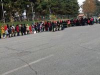 صف بانوان مقابل درب ورزشگاه آزادی +عکس