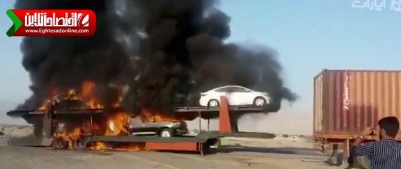آتش گرفتن تریلی حامل خودروهای لوکس در جاده بندر عباس +فیلم