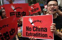 شکستن دوربینهای مداربسته توسط معترضان هنگ کنگی +فیلم