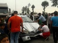 تصادف تریلی منجر به واژگونی پل هوایی شد +عکس