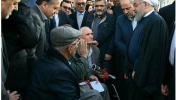 دیدار صمیمی روحانی با جانبازان گرگانی در خیابان +عکس