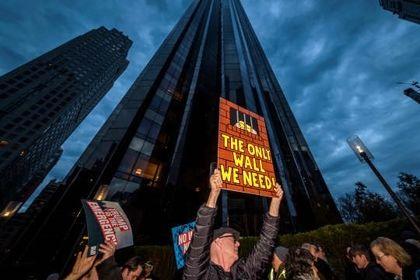 تجمع اعتراضی مردم مقابل هتل ترامپ +تصاویر