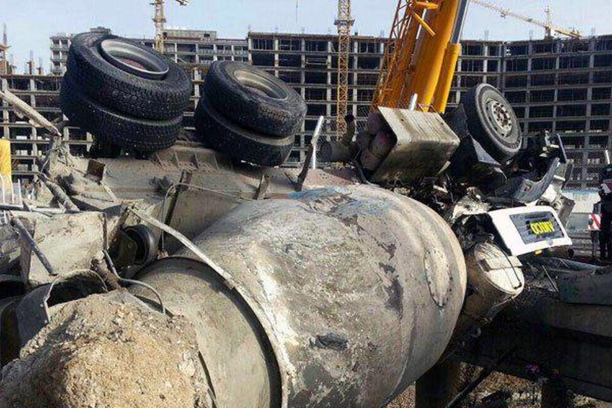 واژگونی یک دستگاه «میکسر» با ۳۰تُن وزن در اتوبان تهران-کرج