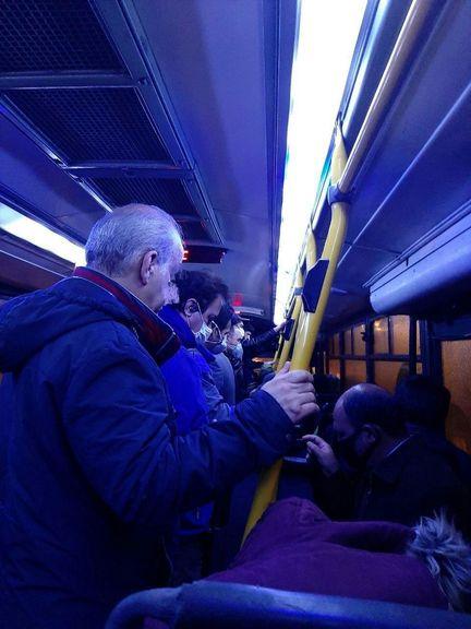 الواقتصادآنلاین/ عدم رعایت فاصله گذاری اجتماعی در خط اتوبوس