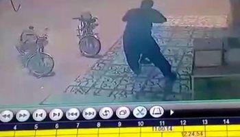 برخورد خشن مامور شهرداری آبدان با کودک دستفروش افغانستانی +فیلم