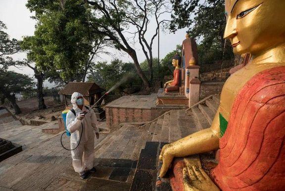 ضدعفونی کردن مجسمههای معبدی در شهر کاتماندو نپال +عکس