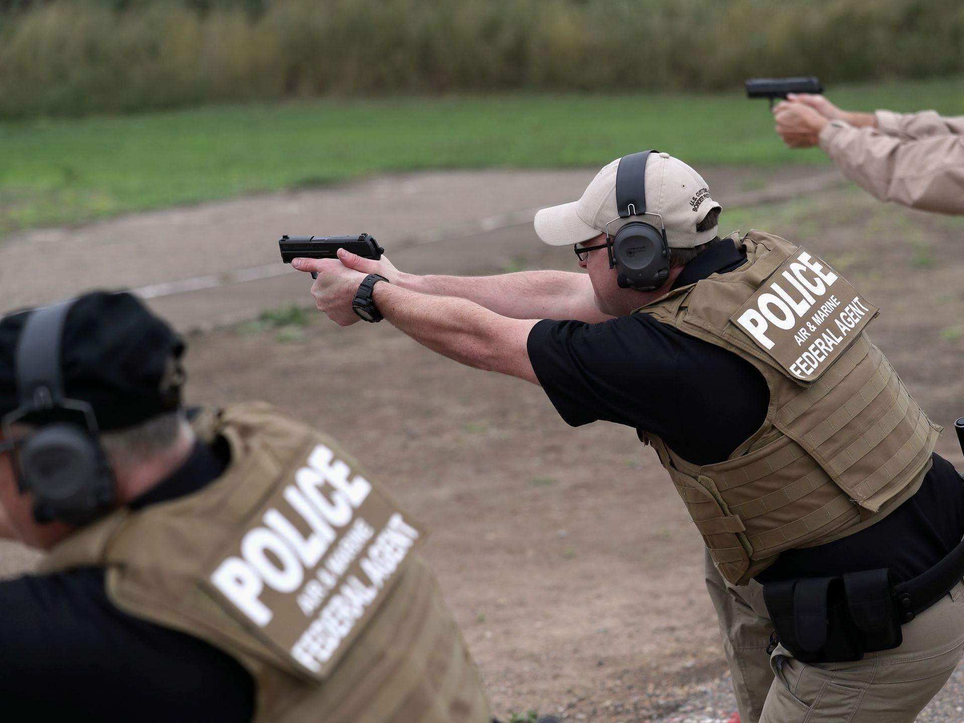 سربازان آمریکایی استفاده از سلاح گرم را آموزش میبینند