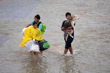مردم هوستون در حال فرار از طوفان