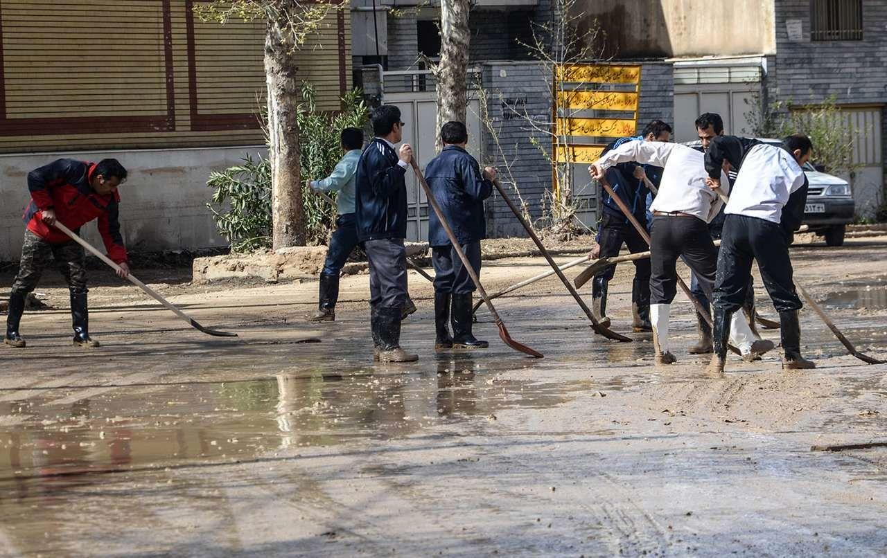 پاکسازی معابر شهری خرم آباد از خسارات سیل