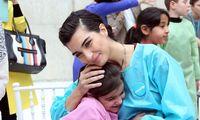 بازیگر زن ترکیهای در میان کودکان سوری +تصاویر