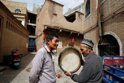 مردی در حال فروش ابزارهای موسیقی در کاشگار ، منطقه خودمختار اویگور چین