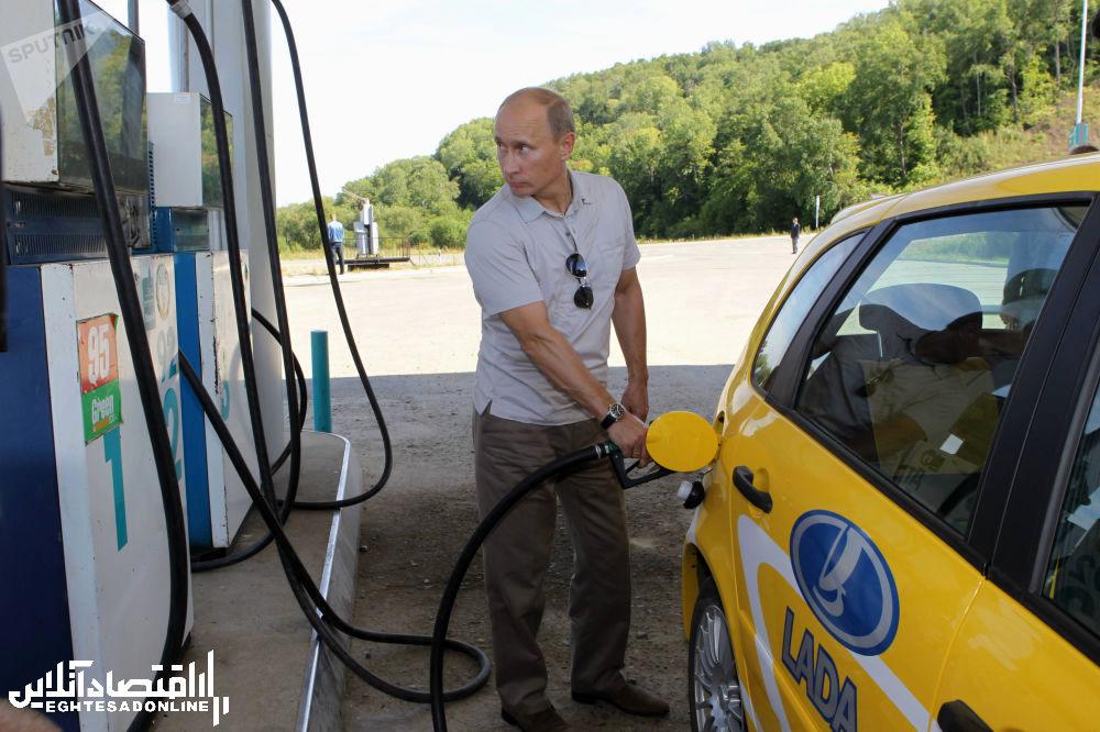 ولادیمیر پوتین در 27اوت 2010 در پمپ بنزین
